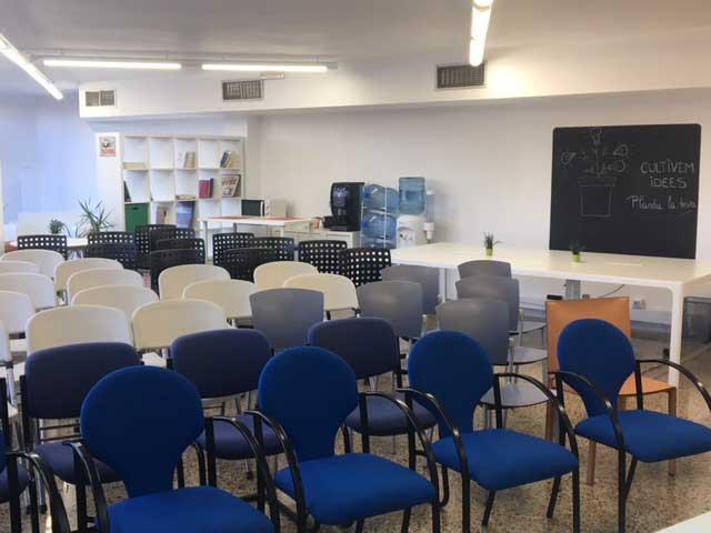 Sala polivalent preparada per un workshop amb 50 persones