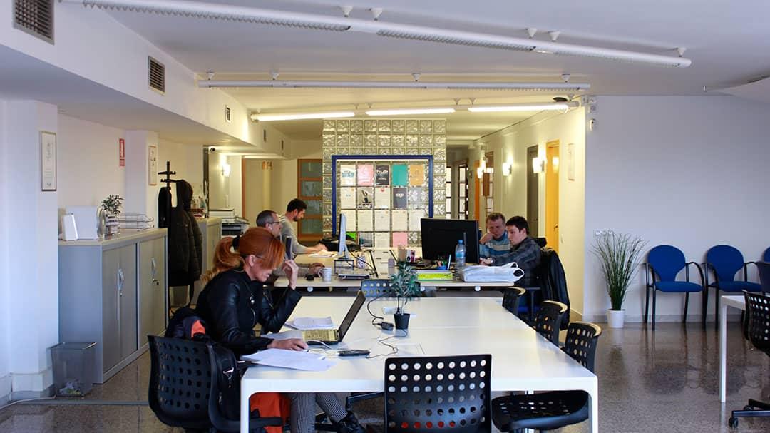 Imatge de l'espai coworking on es veuen els coworkers, entre ells, la Maite.