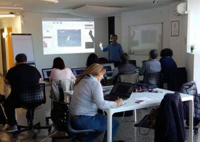 Daniel Escofet impartint el curs d'edició de fotos amb GIMP